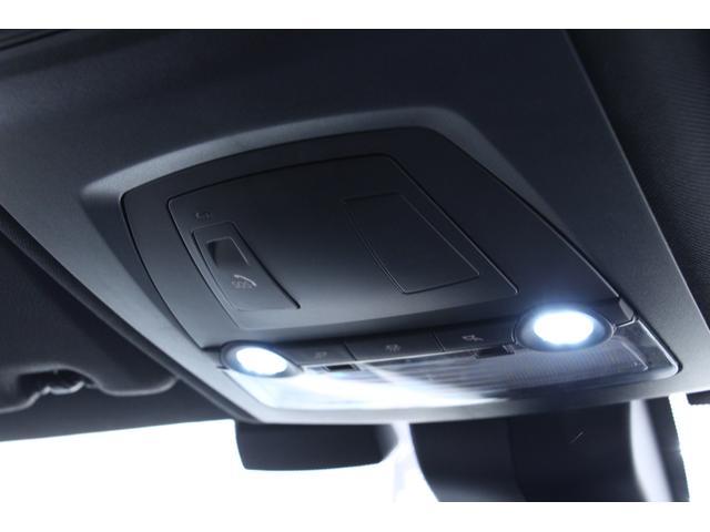 ルームランプです。SOSコールボタンが装備されています。深刻な事故が発生した際に、車両から自動的にSOSコールを発信します。SOSボタンを押し、SOSコールを作動させることもできます。
