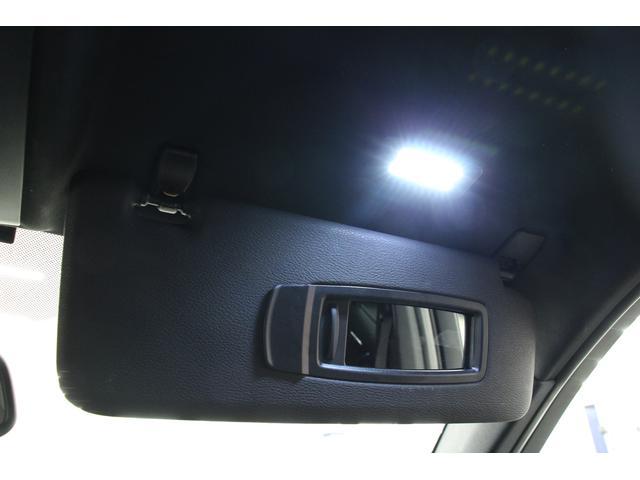 サンバイザーにミラーが装備されています。フタをスライドさせるとライトが点灯します。カードを挟むことができるので、コインパーキング利用時にも便利です。