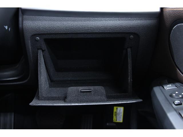 収納スペースです。手動での開閉が可能です。細かな物の収納にも便利です♪運転席付近に装備されています。
