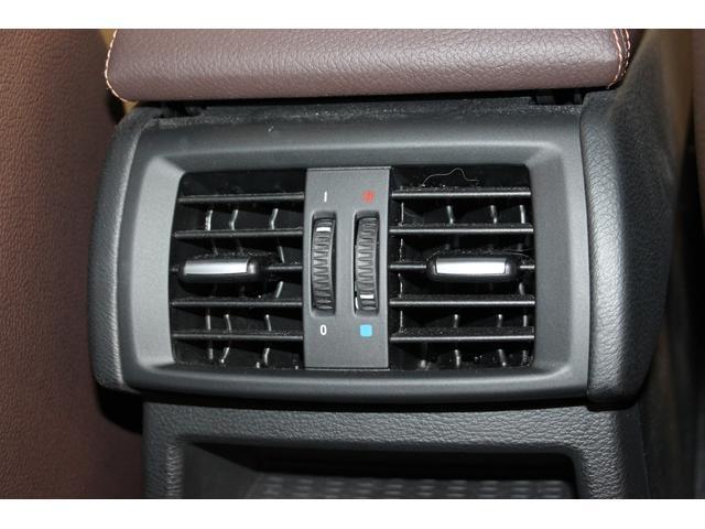 後部座席エアコン吹き出し口です。風向は、手動での調節が可能です。傷や汚れはなく、清潔感のある綺麗な状態です。