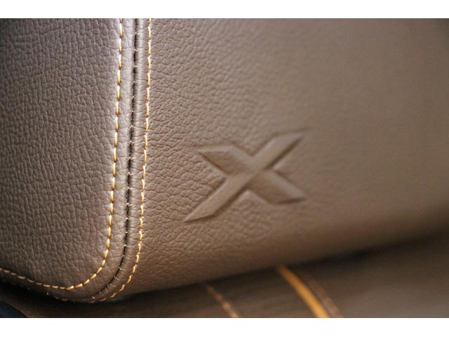 ヘッドレストには、Xの刺繍がデザインされています。レザーの質感を使用したオシャレなデザインです。重厚感のある雰囲気を演出します。