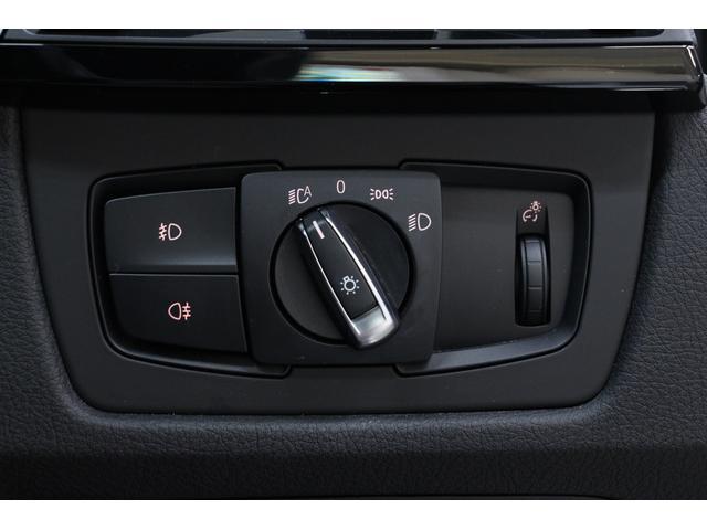 ライトスイッチはステアリングの右側に配置されています。オートライトが装備されていますので、ライトを点け忘れたり、消し忘れたりすることもありません。
