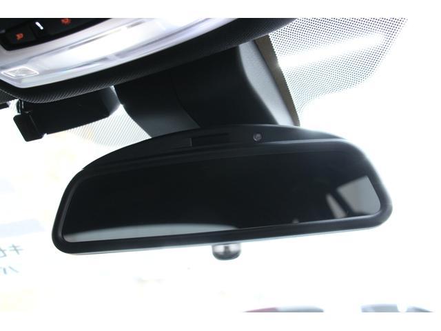 自動防眩機能付きルームミラーが備わっているので、後続車のヘッドライトが眩しい時には自動で光量を調整してくれます。