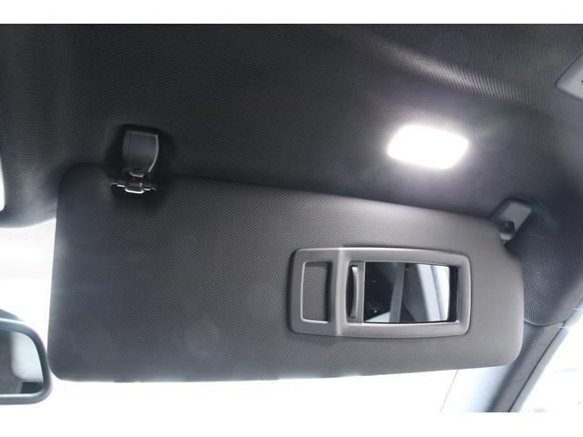 バニティミラーは照明付きで夜間の使用にも便利です。