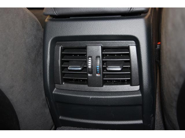 後部座席用エアコン吹き出し口。温度調整も可能なので快適に過ごせます。