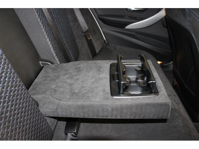後部座席用アームレスト。格納式のカップホルダーが備わっています。