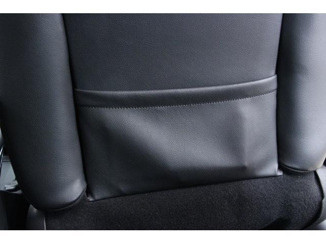 フロントシートの背部分には雑誌などを入れておくのに便利な、シートポケットを装備しています。