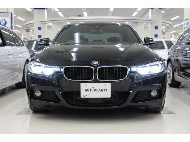 BMWのエンブレムはプレスラインの付いたボンネット前部に位置します。 ボディサイズは、全長4645mm×全幅1800mm×全高1430mm 車両重量は、1550kg