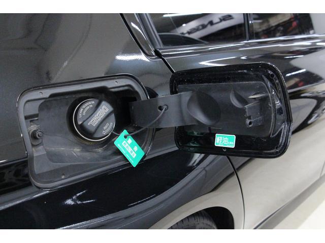 給油口は、運転席側リアフェンダーに設置。燃料タンク容量は約57リットル。燃費の良いディーゼル車。一度の給油でより多くの距離を走行できるため、給油の回数が少なくて済むというメリットをもたらします。
