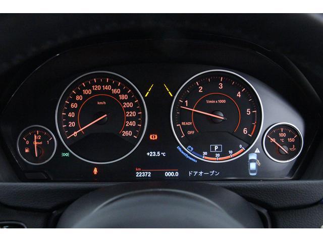 視認性の高いブラックパネル。4つのアナログメーターが、走行速度・エンジン回転数・燃料の残量および油温を表示。その下にはマルチインフォメーションディスプレイを配し、さまざまな情報を表示します。