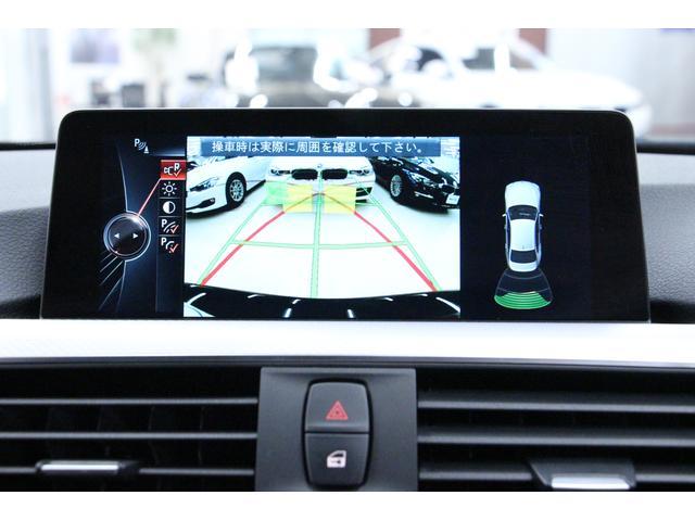 「リアビューカメラ」 車両後方の障害物や歩行者をコントロールディスプレイに表示。このシステムは、リバースギヤを選択すると自動的に作動します。