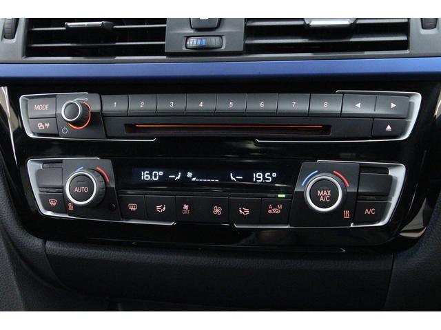 センターコンソール、エアコンの吹出し口の下には、オーディオのコントローラー、オートマチック・エアコンディショナーのコントローラーがございます。視認性に優れたシンプルなデザインで、操作がしやすいです。