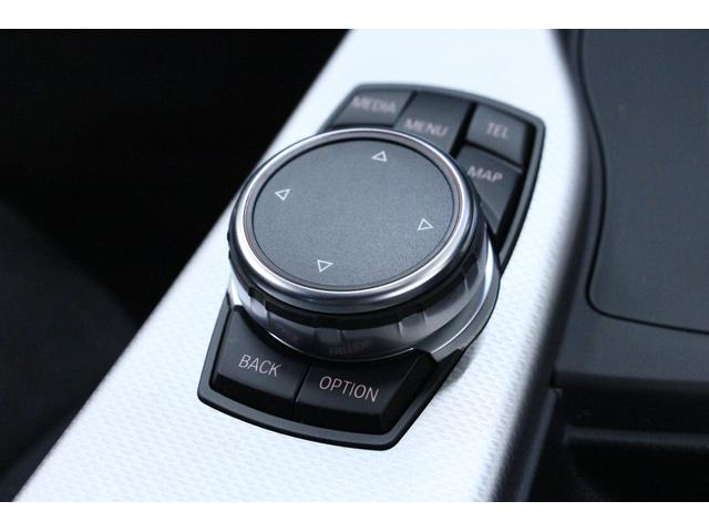 「iDrive」のコントローラーは、シフトレバーの後方に装備。シンプルかつ直感的な操作で、コントロールディスプレイに表示されるさまざまな機能を設定できます。