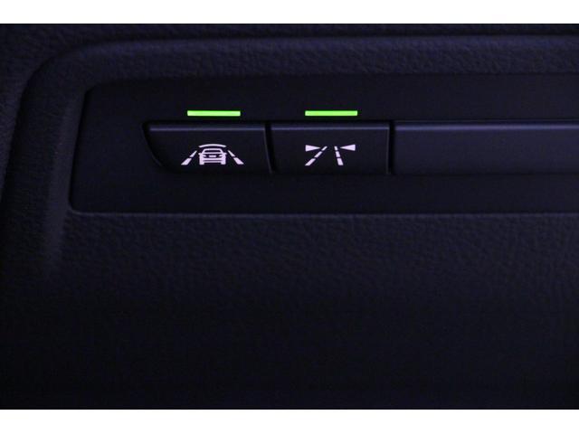 運転支援システムの各スイッチ。(画像右から/レーンディパーチャー・ウォーニング、インテリジェント・セイフティボタン、) LEDが点灯しているとき、システムが作動します。