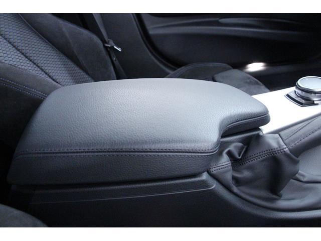 フロントセンターアームレストは、運転席・助手席どちらからでも肘を掛けられます。