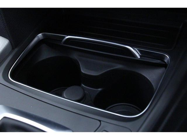 フロントセンターコンソールの「カップホルダー」 使用する際は、カバーを前方にスライドさせます。(画像はカバーを開いた状態。) 運転席、助手席どちらからでも手が届きやすく、使いやすさ抜群です!
