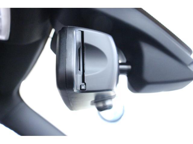 ETCユニット内蔵の「ルームミラー」 運転席側サイドからETCカードを差し込みます。料金所をノンストップで通過でき、タイムロス回避が可能です。