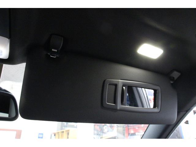 サンバイザーが装備。ドライバーに当たる日差しを和らげつつ、運転中の視認性もしっかりと保つことが可能です。バニティミラーが取り付けられており、カバーを開くと天井のライトが点灯します。