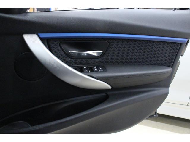 運転席側ドアトリム。質感の高いパネルが備わるとダッシュボードとの繋がりがうまれて、車内全体がワンランク上がったような印象になります。