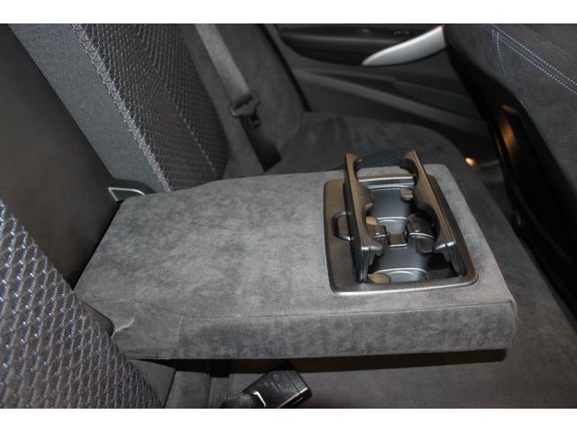 リアシート専用「センターアームレスト」 ドリンクホルダーが左右に2つ装備されております。リアシートと一体設計になっているため、使用しないときには収納できます。