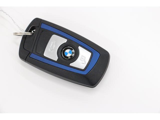 BMWらしい、シンプルなデザインのキー。キーの表側には ロック解除、ロック、トランクリッドを開けるボタンがございます。
