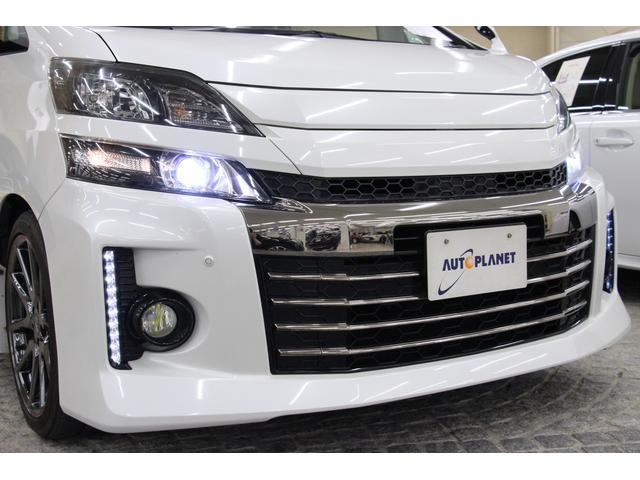 白色で明るい、キセノンヘッドライトを装着しています。 LEDイルミネーションビームは、デイライトとしても活用できます。