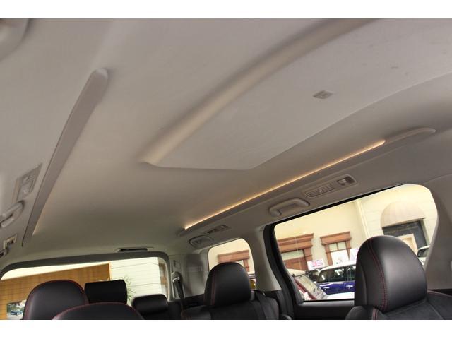 ルームライトはルーフ左右に直線的に配置された間接照明風。すっきりと落ち着いたデザインになっています。