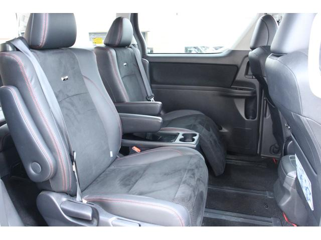 セカンドシートは左右独立のオットマン付きキャプテンシートです。左右に肘かけがあり、ゆったりとしたドライブが楽しめます。
