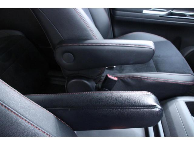 運転席助手席、セカンドシート、サードシート、それぞれには折りたたみ式のアームレストがございます。