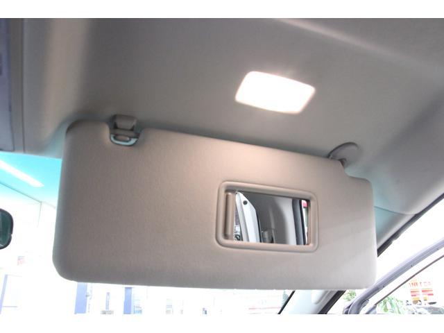 サンバイザーにはバニティーミラーが装備されています。カバーをスライドさせるとライトが点灯します