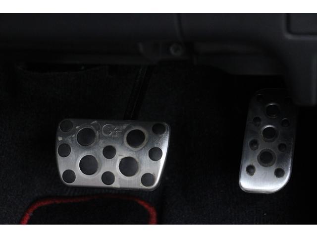 アクセルペダル、ブレーキペダルはアルミ調となり、目立たない足元もスポーティーな仕上がりです。