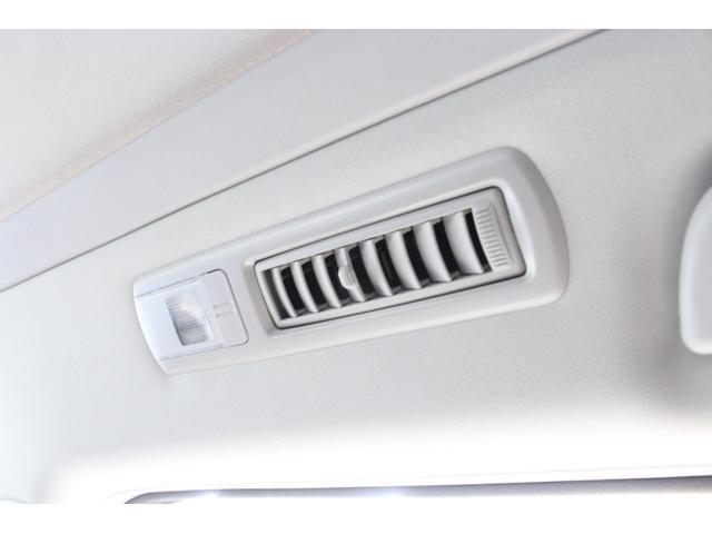 2列目3列目の頭上にはエアコンの吹出し口があり、後席の方も快適に過ごせます。