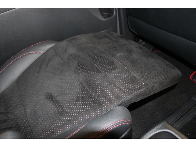セカンドシートはオットマン仕様。足を延ばしてリラックスをしたり、長時間運転の休憩等にも便利です。