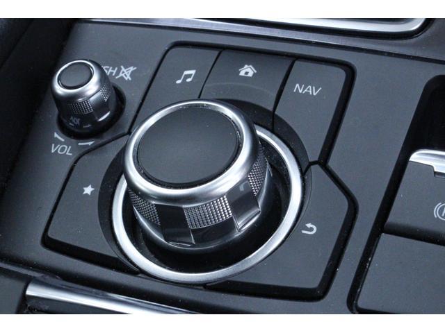 ナビゲーションやオーディオは、走行中でもコマンダーコントロールや音声認識で視線をそらさず、安全に操作ができます。