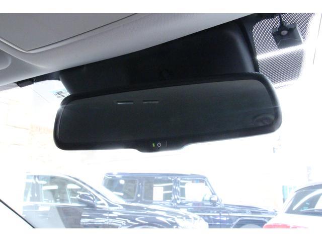 自動防眩ルームミラーを装備しています。後続車のヘッドライトが眩しい時は自動的に明るさを抑えてくれます。