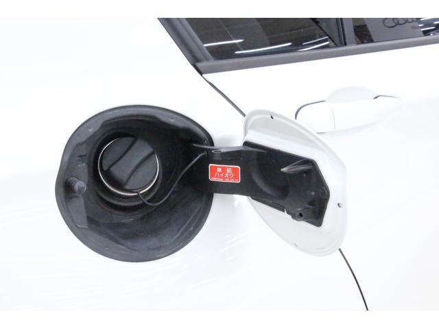 給油口の蓋は、車が開錠されている際に開くことが可能。給油口は運転席側にございます。燃料タンク容量は約52リットル。ハイオク仕様です。