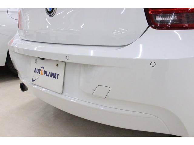 「パークディスタンスコントロール」 縦列駐車や車庫入れの際に、サポートします。車両の後方にある障害物との距離を信号音で知らせてくれるので、狭い場所での駐車も安心です。