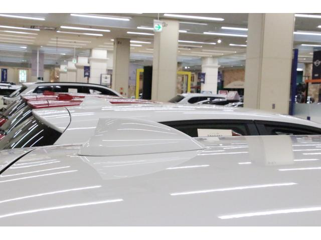 車のシルエットにスッキリと馴染んでいる「ルーフシャークフィンアンテナ」 シンプルなデザインで場所をとりません。立体駐車場や天井が低い場所での駐車時にも安心です。