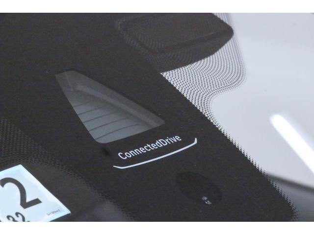BMWコネクテッド・ドライブは安全機能・快適機能を実現した、スマートなサービス。フロントウィンドウにある「ConnectedDrive」の文字が、BMWコネクテッド・ドライブ利用可能車両の証です。