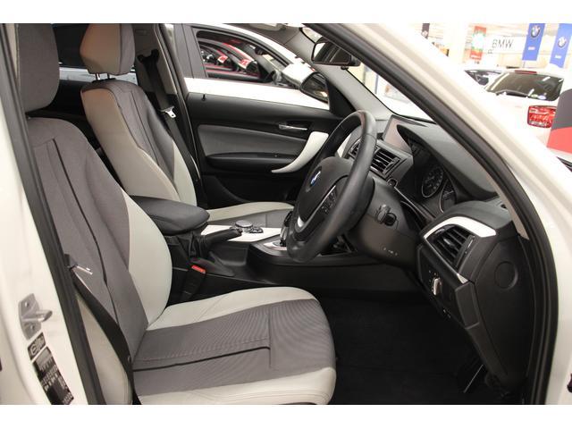 シートは、耐久性・通気性に優れ扱いやすいファブリック素材と、高級感のあるレザー素材のコンビネーション。程よい硬さの座り心地で、長時間のドライブでも疲れにくいです。フロントシートの状態は、良好です!