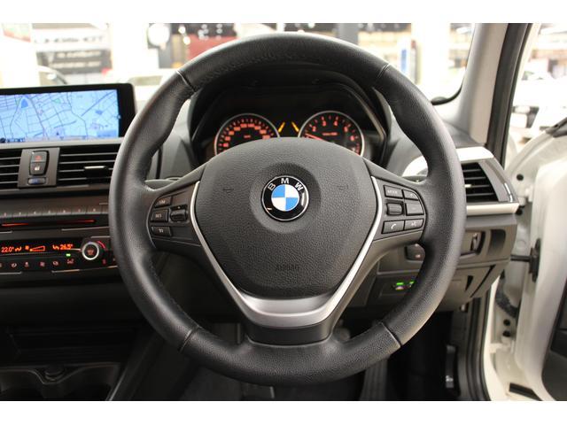 右ハンドル仕様。握るたびにしっくりと手になじむ「3本スポーク・レザーステアリングホイール」 操作性に優れ、スポーティーなドライビングに応えます。