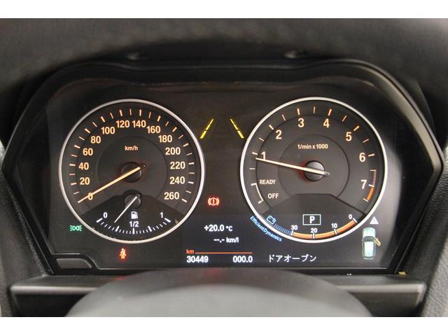 2眼式メーターは、視認性も良好。走行速度・エンジン回転数・燃料の残量を表示。その下にはマルチインフォメーションディスプレイを配し、さまざまな情報を表示します。