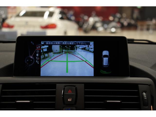 リアビューカメラ(予測進路表示機能付) 車両後方の障害物や歩行者をコントロールディスプレイに表示。このシステムは、リバースギヤを選択すると自動的に作動します。