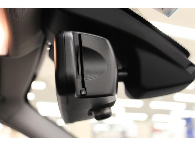 ETCユニット内蔵の「ルームミラー」 運転席側サイドからETCカードを差し込みます。料金所をノンストップで通過でき、支払いのためのタイムロスを回避することが可能。安全で快適なドライブをサポートします!