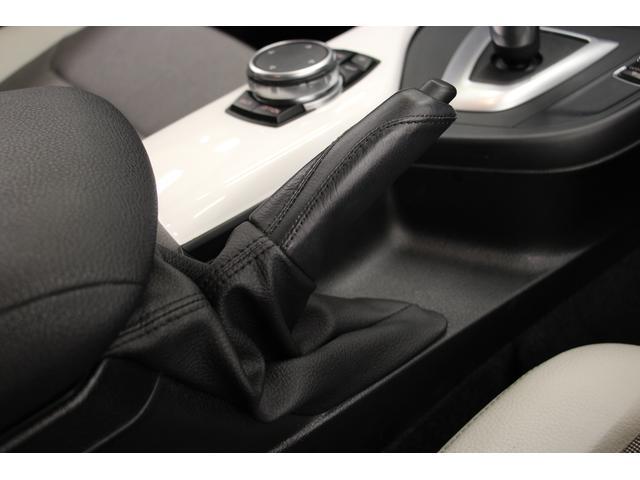 セレクターレバーの後方に、手動式の「サイドブレーキ」を装備。ハンドグリップには目立つ傷や汚れは無く、きれいな状態です。