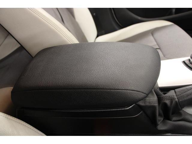 フロントセンターアームレストは、お好みの位置にスライドさせることが可能。運転席・助手席どちらからでも肘を掛けられます。