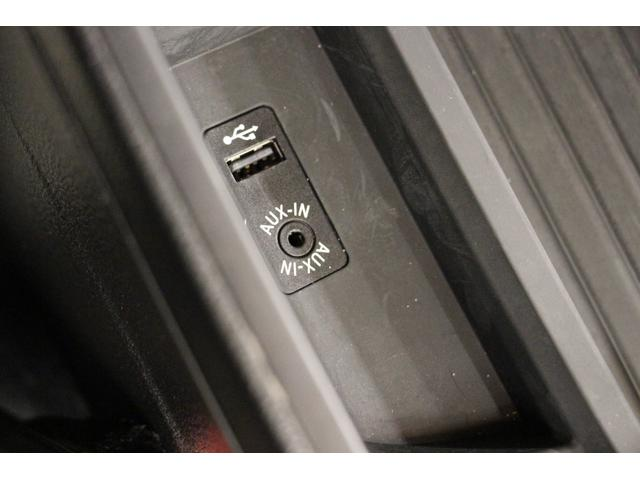 フロントセンターアームレストの中の収納スペースには、AUX IN(音声入力端子)やUSBポートが装備されております。
