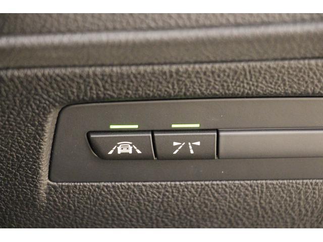 運転支援システムの各スイッチ。(画像右から/レーンディパーチャー・ウォーニング、インテリジェント・セイフティボタン) LEDが点灯しているとき、システムが作動します。