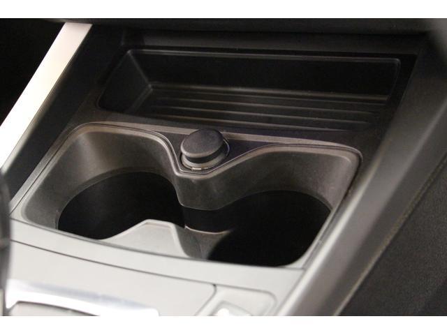 セレクターレバーの前には、2個のカップホルダーと電源ソケットが装備。電源ソケットは、エンジンがかかっているときやイグニッションがオンになっているときに、電気装置の作動用として使用することができます。
