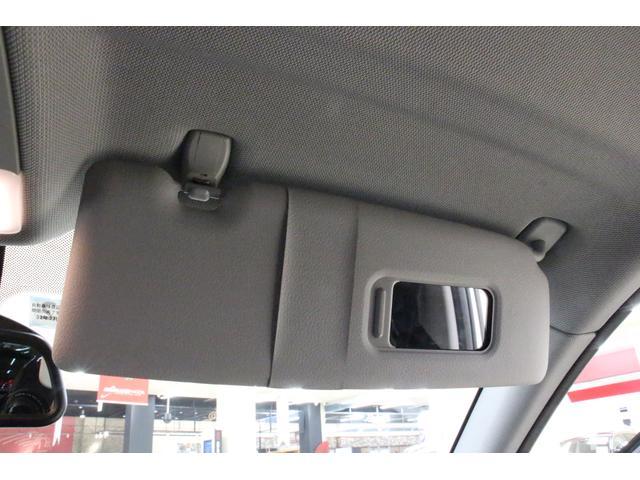 サンバイザーが装備。ドライバーに当たる日差しを和らげつつ、運転中の視認性もしっかりと保つことが可能です。バニティミラーが取り付けられており、ちょっとしたお化粧直しの時などに便利です!